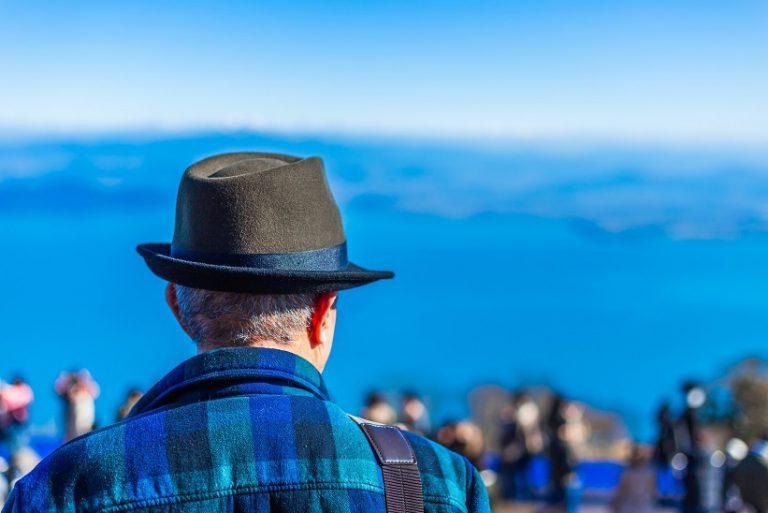 風景を見つめる男性