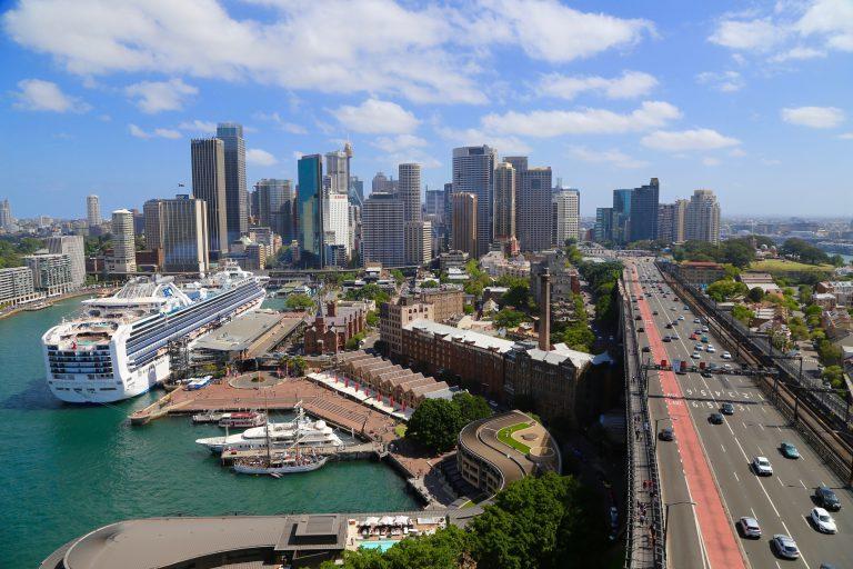 シドニーの街並みと豪華客船