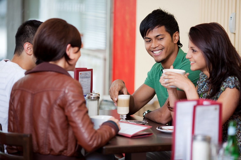 freunde unterhalten sich im café